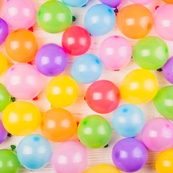 Composizione di compleanno piatta laici con palloncini