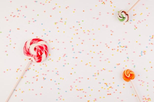 Composizione di compleanno piatto laico con copyspace