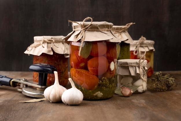 Composizione di conserve fatte in casa