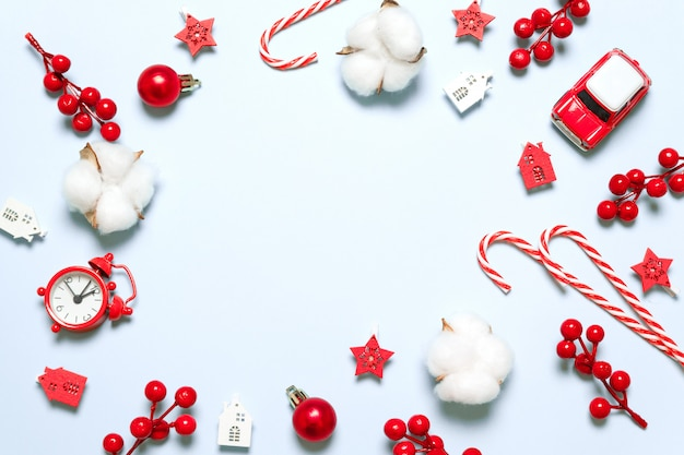 Composizione di cornice di natale e capodanno con decorazioni festive