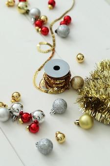 Composizione di decorazioni natalizie