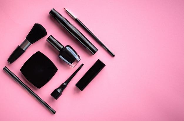 Composizione di diversi prodotti di bellezza su sfondo rosa