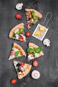 Composizione di fette di pizza piatto laici