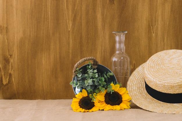 Composizione di fiori con secchio e cappello