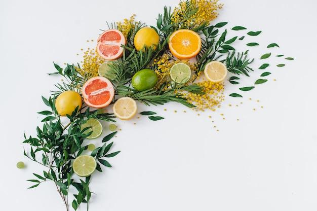 Composizione di fiori e vari frutti tropicali.