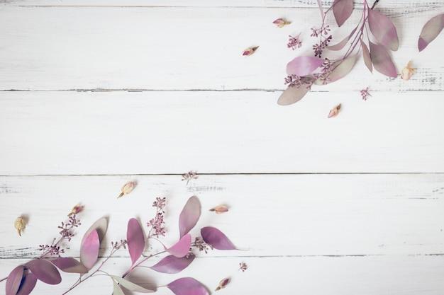 Composizione di fiori modello fatto di fiori rosa e rami di eucalipto