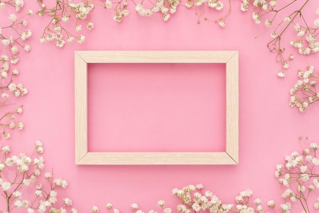 Composizione di fiori romantica. fiori bianchi del gypsophila, struttura della foto sul fondo di rosa pastello.