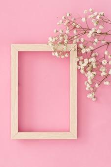 Composizione di fiori romantica. fiori bianchi di gypsophila, cornice per foto