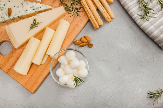 Composizione di formaggio piatto laico con copyspace