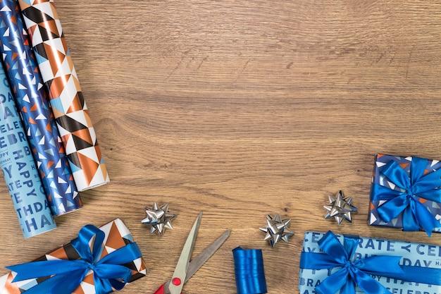 Composizione di forniture regalo. flat lay con lo spazio del testo.