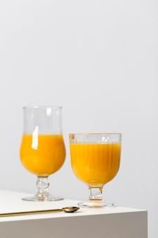Composizione di frullato arancione nutriente vista frontale
