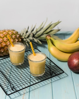 Composizione di frullato di banana ad alto angolo