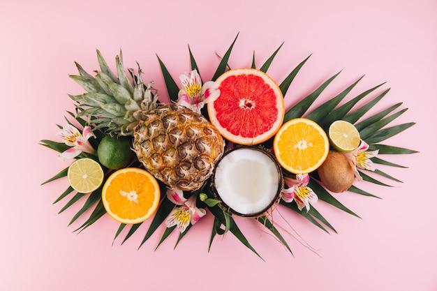 Composizione di frutta estiva sul tavolo rosa. vista piana, vista dall'alto, copia spazio