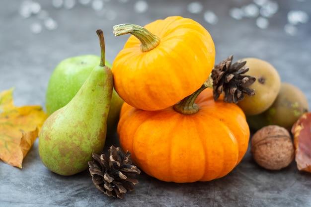 Composizione di frutti autunnali, zucche e pere.