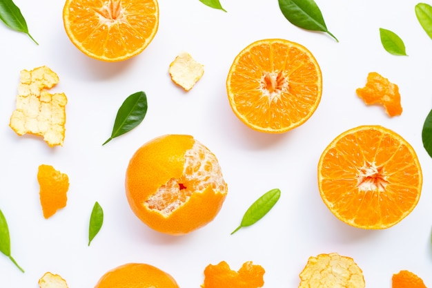 Composizione di frutti di arance con foglie verdi