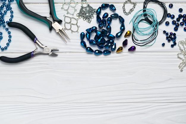 Composizione di gioielli fatti a mano di risultati di gioielli con abbellimenti di perline di pinze