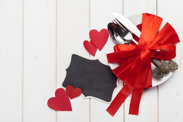 Composizione di giorno di biglietti di s. valentino sulla tavola di legno
