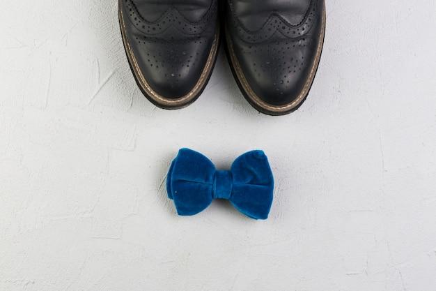 Composizione di giorno di padri con scarpe e cravatta a farfalla