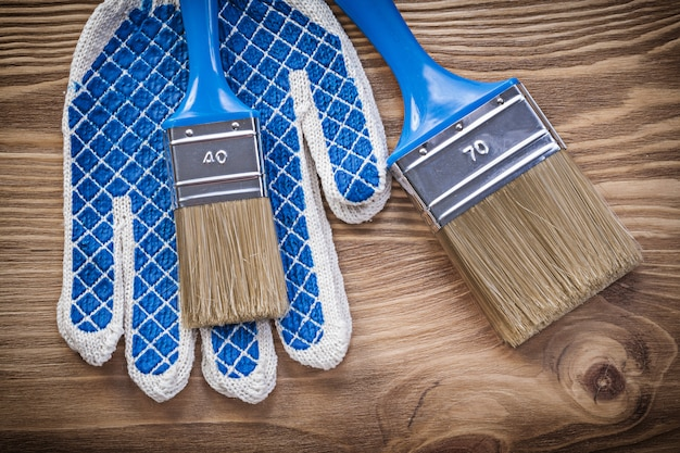 Composizione di guanti di sicurezza pennelli per dipingere su tavola di legno