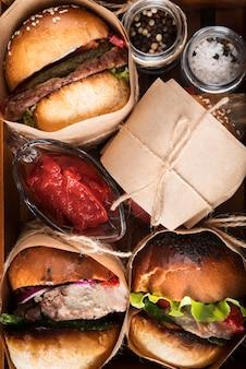 Composizione di hamburger dall'aspetto delizioso