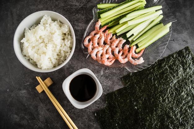 Composizione di ingredienti e stoviglie di sushi