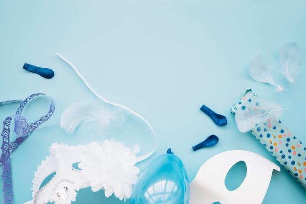 Composizione di maschere e decorazioni