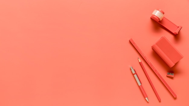 Composizione di materiale scolastico in colore rosa