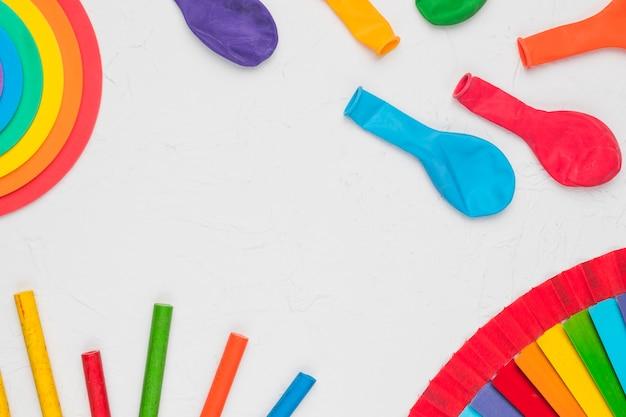 Composizione di matite palloncini e elementi decorativi lgbt