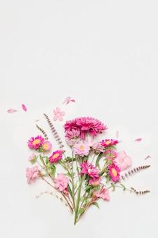 Composizione di meravigliosi fiori rosa