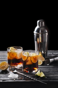 Composizione di messa a fuoco selettiva con cocktail di rum e cola servito