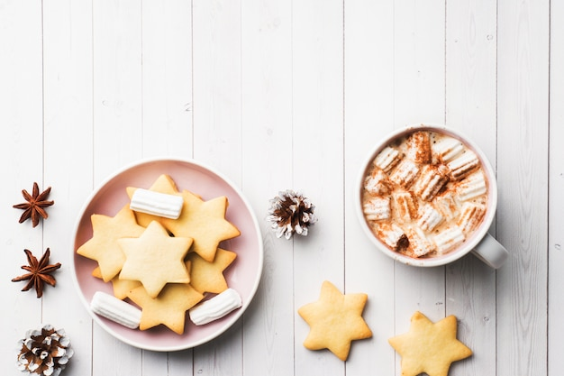 Composizione di natale, cioccolata calda e biscotti.