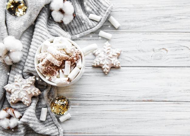 Composizione di natale con cioccolata calda e decorazioni