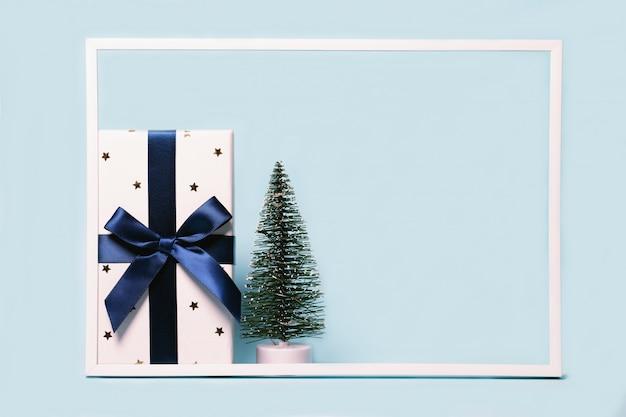 Composizione di natale con confezione regalo e abete decorativo