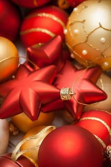 Composizione di natale con confezione regalo e decorazioni