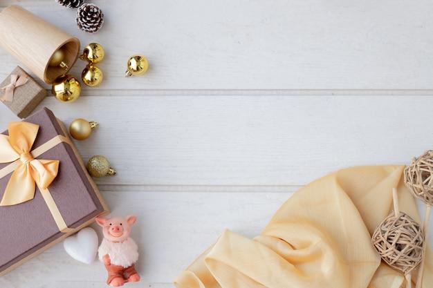 Composizione di natale con cornice di decorazione natalizia.