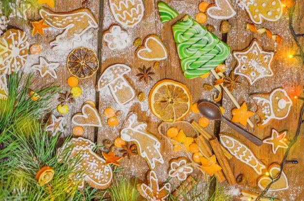 Composizione di natale con i biscotti. biscotti di natale al forno gustosi biscotti stagionali di natale sul tavolo di legno.