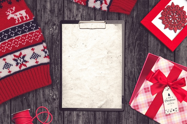 Composizione di natale con maglione, appunti e regali