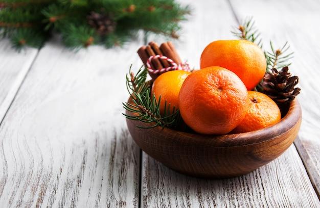 Composizione di natale con mandarini