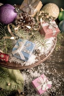 Composizione di natale con regali e decorazioni