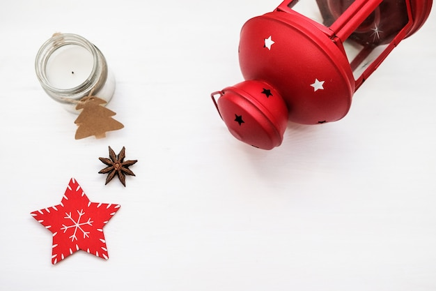 Composizione di natale decorazioni rosse su sfondo bianco. candelabro di natale