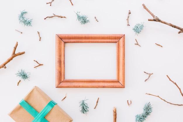 Composizione di natale del telaio in legno con scatola regalo