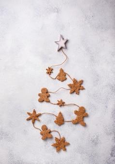 Composizione di natale di inverno con i biscotti del pan di zenzero