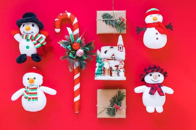 Composizione di natale di scatole regalo con piccoli pupazzi di neve