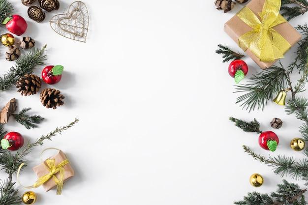 Composizione di natale di scatole regalo con rami