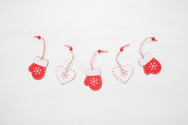 Composizione di natale disposizione creativa dei giocattoli rossi su fondo bianco. regali di natale.
