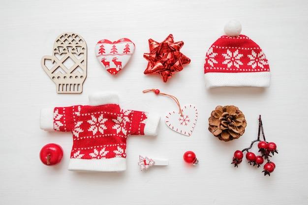 Composizione di natale disposizione creativa delle decorazioni rosse su fondo bianco. natale t
