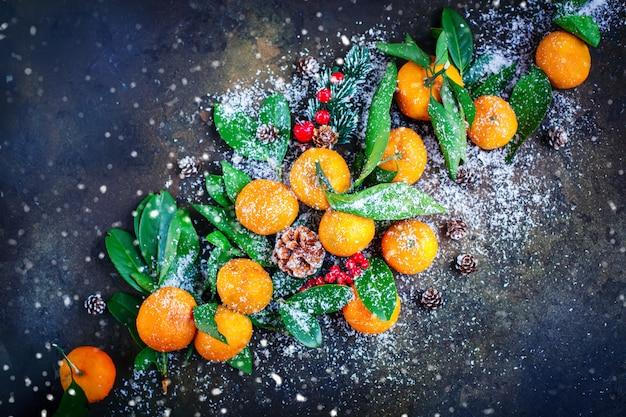 Composizione di natale e capodanno con mandarini freschi