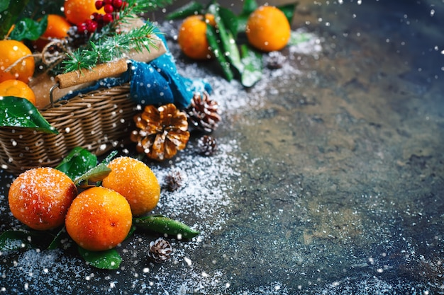 Composizione di natale e capodanno con mandarini freschi. .