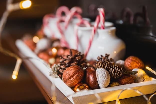 Composizione di natale fatta di noci, coni e caramelle di natale