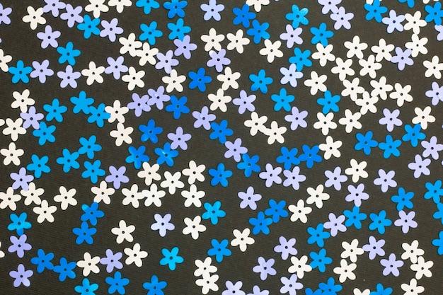 Composizione di natale, multi piccoli fiori artificiali colorati su sfondo nero